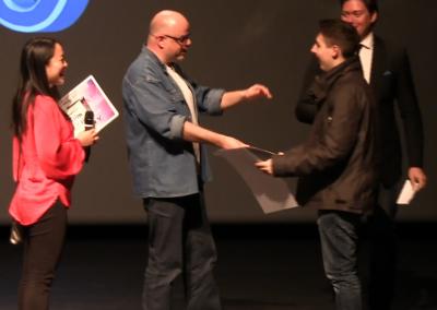 Alec recoit son prix pour le meilleur scenario original (2)