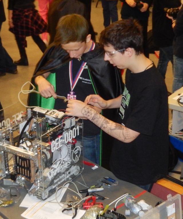 Pendant le concours de robotique (1)